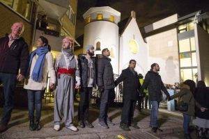 Muslims and ethnic Norwegians surround synagogue.