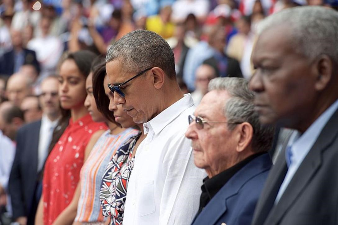 US President Barack Obama, with family, and Cuban President Raul Castro, pay their respects to the victims of a terrorist attack in Belgium, March 22, 2016.  Photo credit: US State Department / Wikimedia