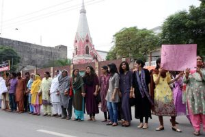 Pakistanis, mostly Muslims, form protective shield around church..