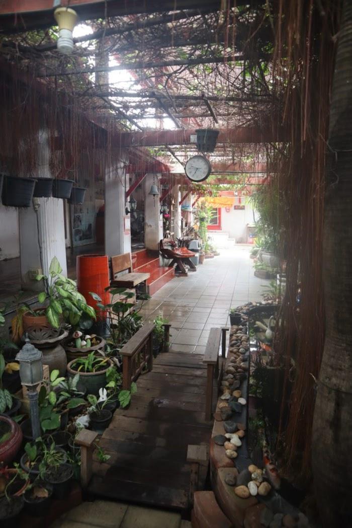 Indoor courtyard, Wat Arun